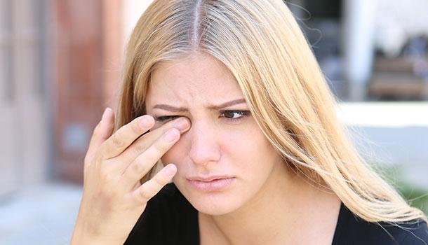 空污伤眼!戴隐形眼镜出门,小心沾粘更多PM2.5