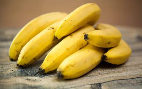一根香蕉含有多少卡路里和碳水化合物?
