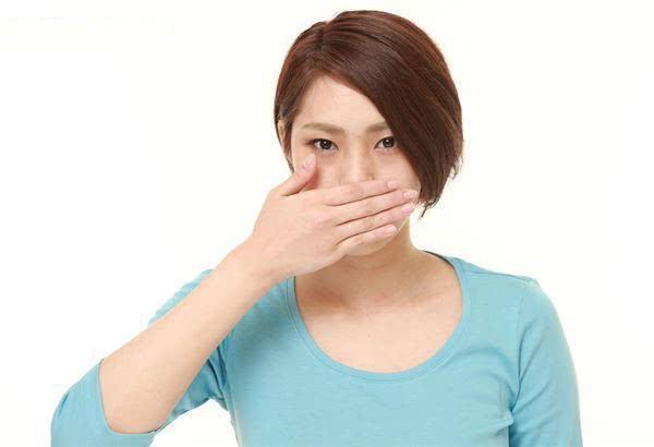 戴口罩有口臭怎么办!中医:清热嗽口水、咀嚼增加唾液去除臭味