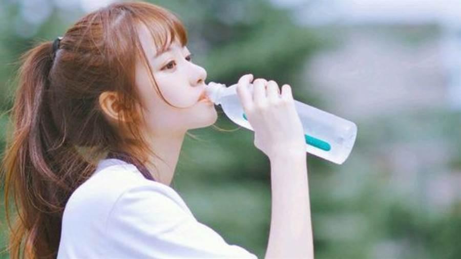 熟睡法宝!日本名医曝睡前喝水的重要性