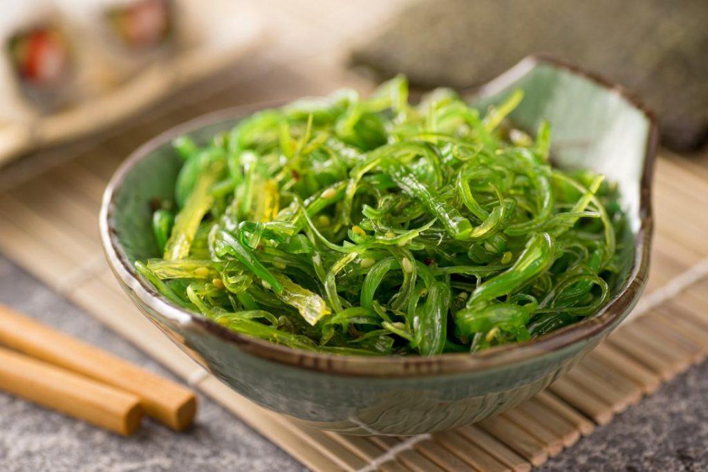 海藻的6个突出的健康益处及可能的副作用和风险