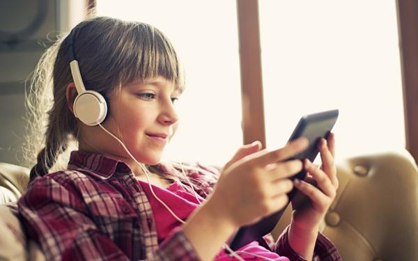 青少年的耳机健康风险及如何教导孩子戴耳机