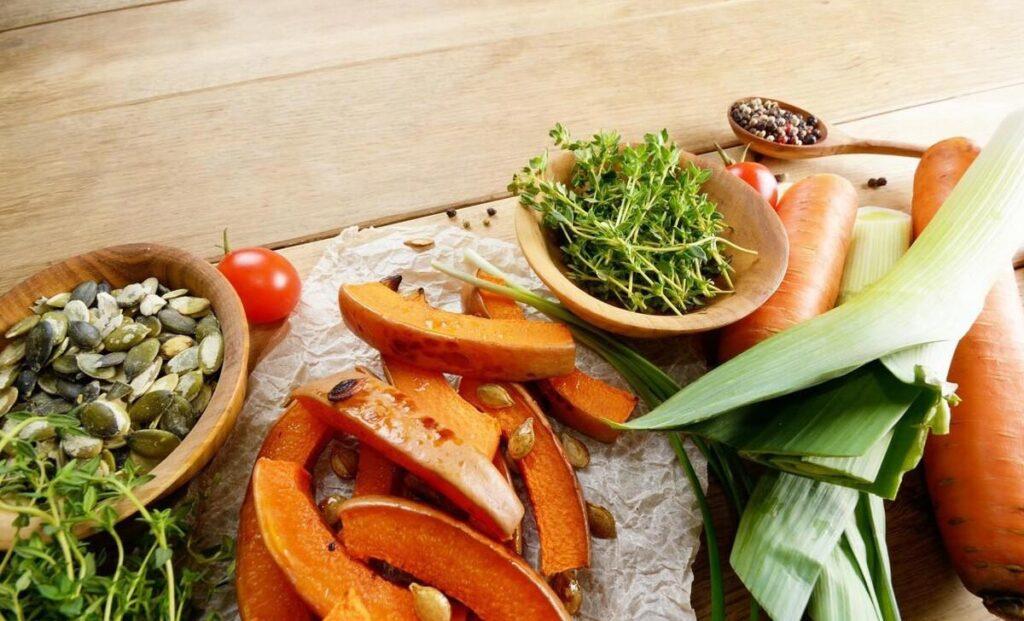 秋季养生食疗首先防过敏!蜂蜜、梨子等5食材,润肺止咳补秋燥