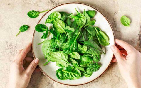 头部垫高,仰卧,健步行走可降低眼压!搭配菠菜等5蔬果防青光眼效果更佳