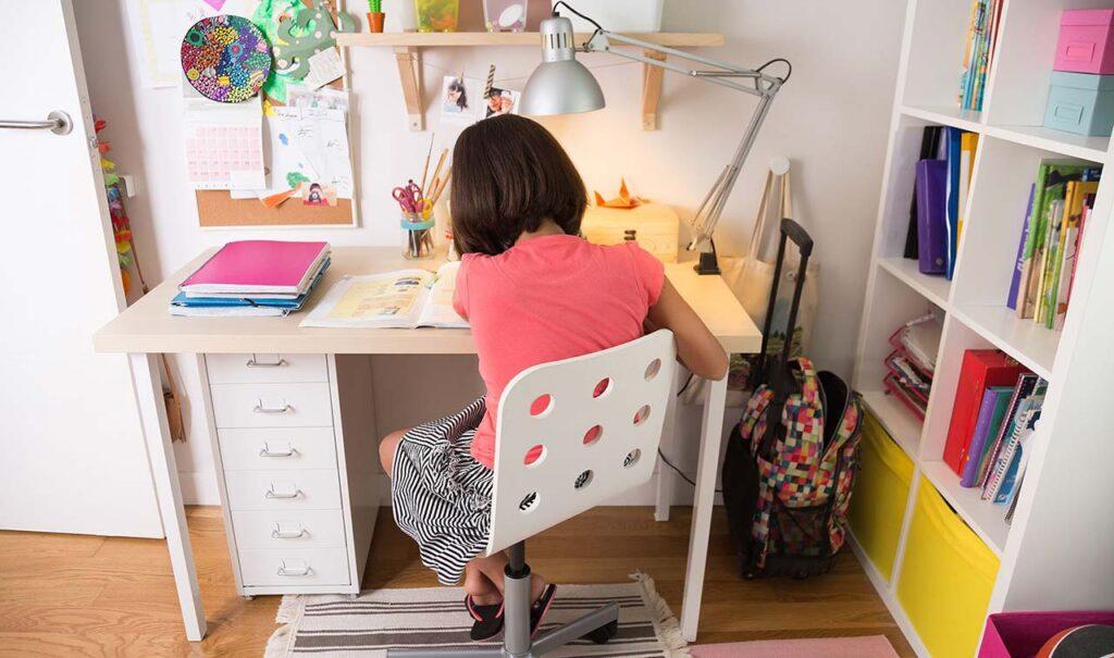 书桌椅挑选4 大招,让孩子不再弯腰驼背!