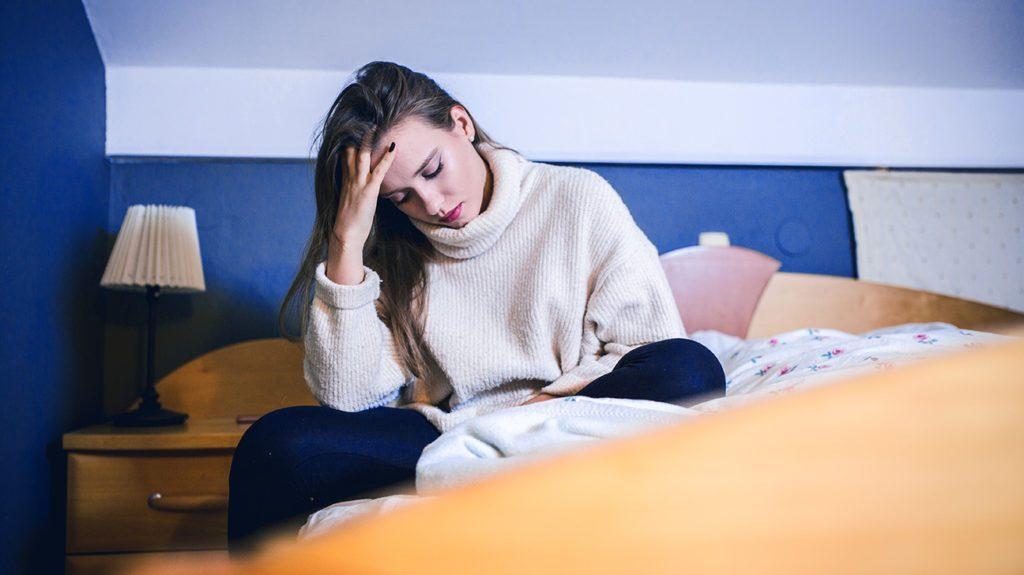 睡太少的伤害,补眠也难救!研究:心脏病风险高20%,更有失智、猝死危机