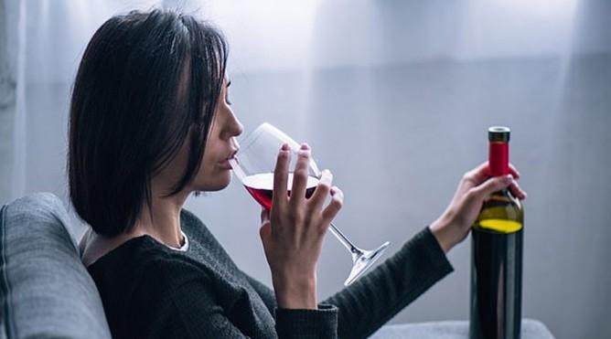 喝酒得挑时间?《英国医学期刊》:人生中有3大阶段饮酒最「伤脑」