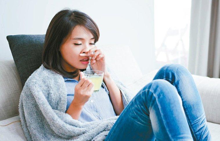 出现喉咙痛时,可以喝热金桔或柠檬水,缓解感冒症状